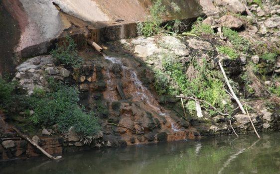 Siccità, fanghi rossi e acqua che aumenta senza pioggia